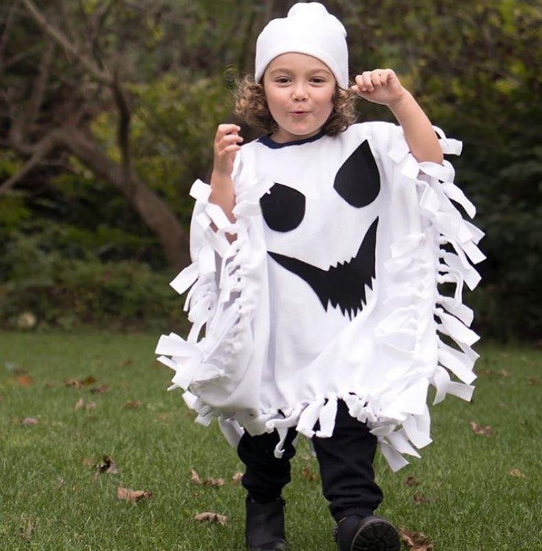 """Hóa trang thành con ma là phương pháp thiết kế trang phục tự làm truyền thống. Chỉ cần một tấm vải trắng cắt tua rua và cắt dán giấy hình mắt miệng cho """"con ma"""".  Ảnh: USAToday."""