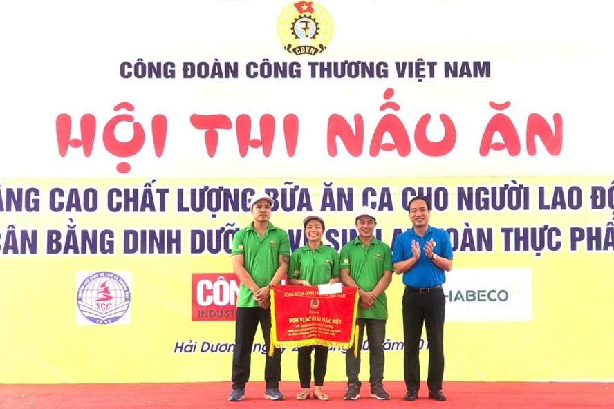 Chủ tịch Công đoàn Công thương Việt Nam Trần Quang Huy (ngoài cùng bên phải) trao phần thưởng cho đội CĐ Cty thuốc lá Thăng Long. Ảnh: LAN DỊU