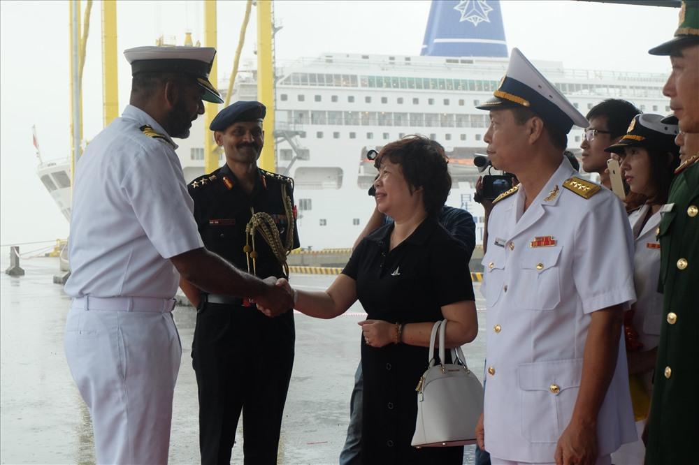 Đón thủy thủ tàu tại cảng Tiên Sa, có đại diện lãnh đạo Sở Ngoại vụ TP Đà Nẵng, Cục Đối ngoại (Bộ Quốc phòng), đại diện Quân Khu 5, Bộ Tư lệnh Vùng 3 hải quân, Bộ đội biên phòng TP…cùng các lãnh đạo Sở ngành liên quan.
