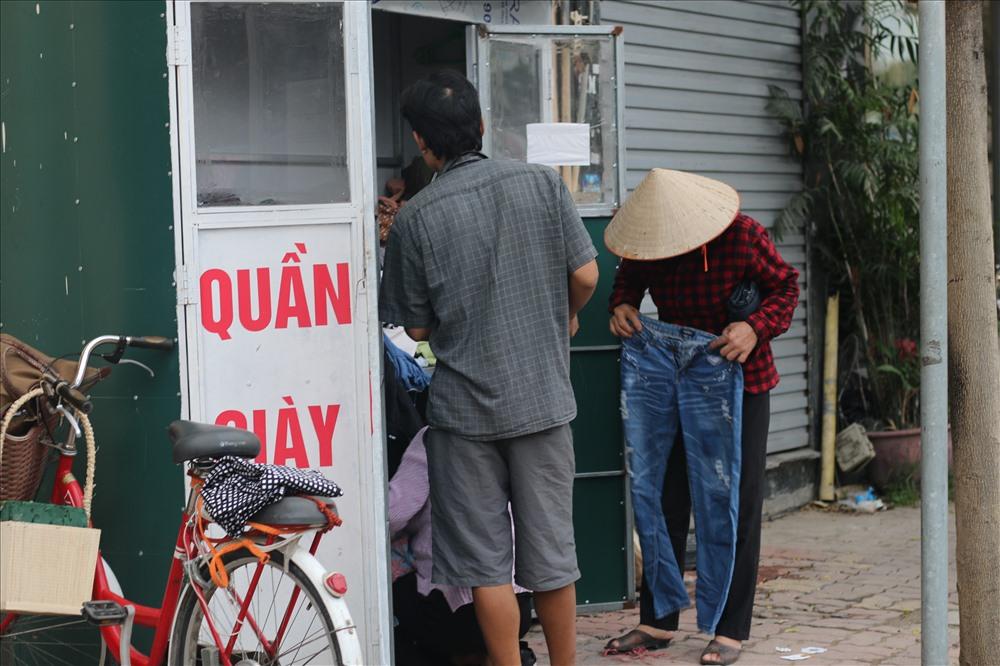 Mọi người vui vẻ ướm thử quần áo vào người (tủ 420 Tây Sơn). Ảnh Trần Thùy