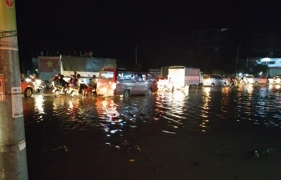 QL1 đoạn qua tỉnh Vĩnh Long bị ngập nặng tối 29.9. Ảnh: K.Q