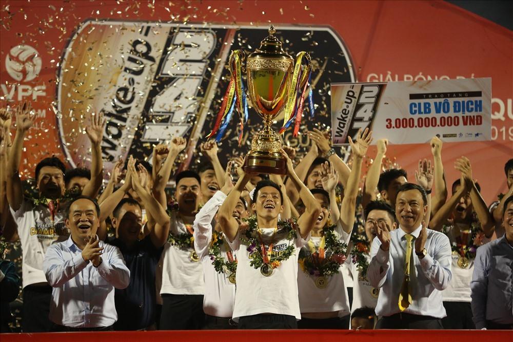Văn Quyết nâng cúp vô địch V.League 2019. Ảnh: Hoài Thu