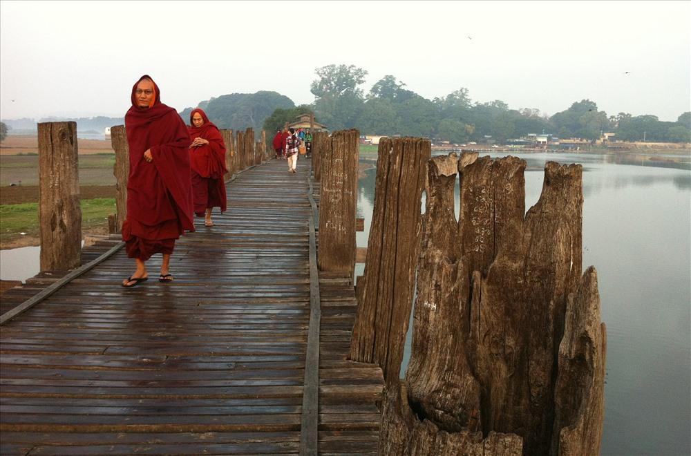 Tới Mandalay, du khách không thể bỏ qua chương trình ngắm hoàng hôn trên cầu gỗ U Bein ở ngoại ô. (ảnh N.T.H)