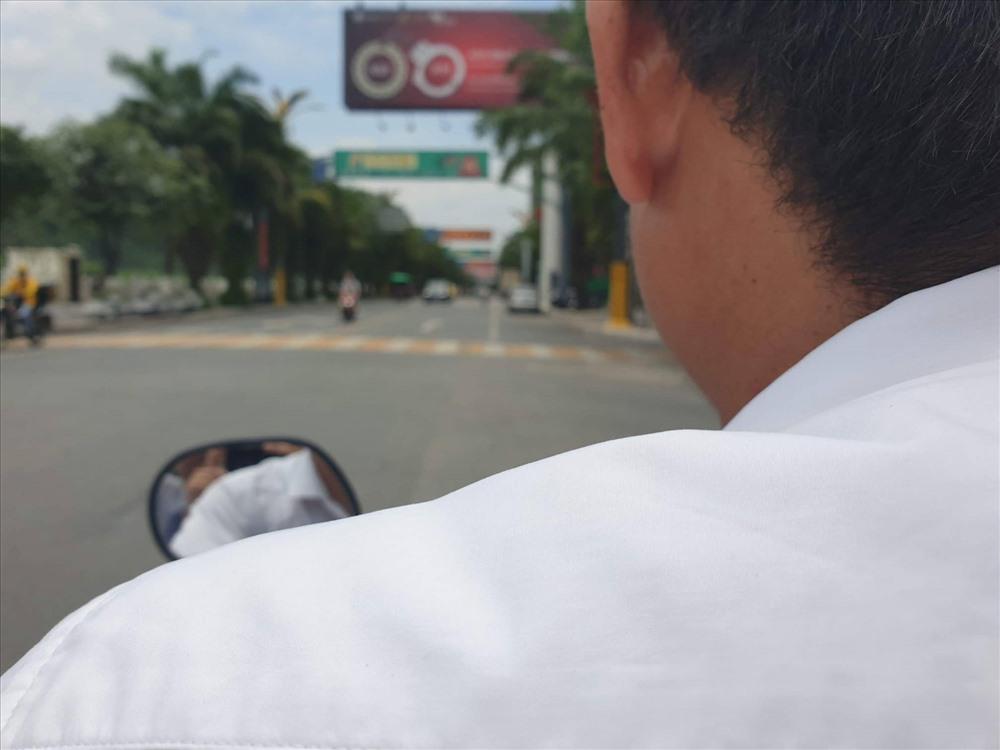 """Tài xế xe ôm dẫn chúng tôi đến chợ Việt - Trung xem """"hàng"""". Ảnh PV."""