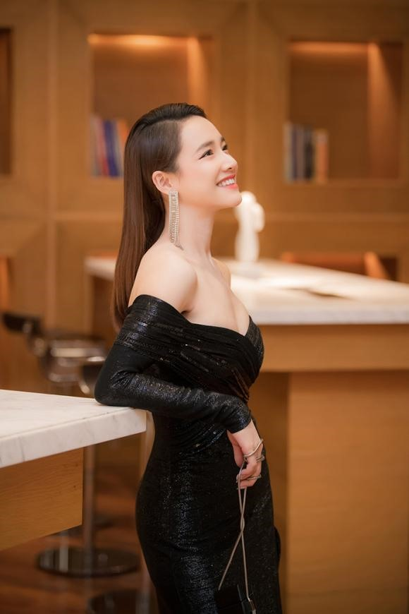 Trước đó, Nhã Phương gây xôn xao với thân hình mỏng cơm, gầy guộc ở VTV Awards. Lần xuất hiện này, trong bộ đầm dạ hội kim sa màu đen trễ vai gợi cảm, bà xã Trường Giang lên cân thấy rõ. Ảnh: NP.