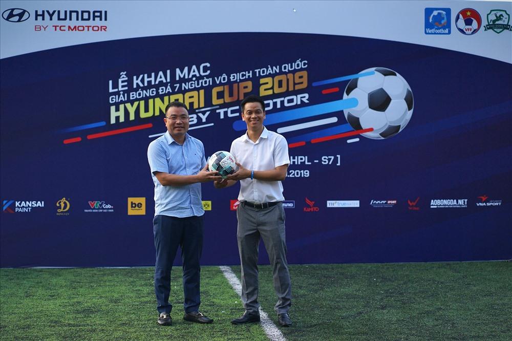 Ông Phạm Ngọc Tuấn - Tổng giám đốc Công ty Vietfootball trao bóng cho đại diện nhà tài trợ tại lễ khai mạc. Từ năm 2019, giải được tổ chức chuyên nghiệp trên phạm vi toàn quốc. Khu vực miền Bắc là HPL-S7, khu vực miền Nam là SPL-S2 và SPL-S1 ở Khánh Hòa cùng với Vòng chung kết.