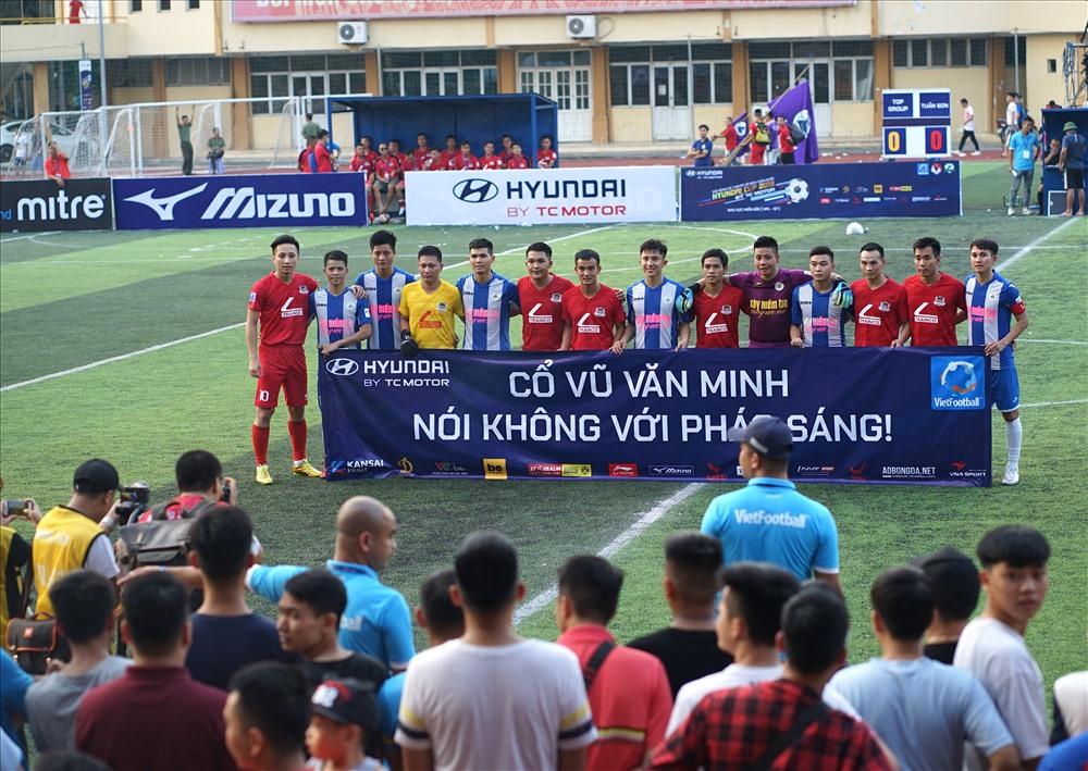 """Các cầu thủ gửi thông điệp """"nói không với pháo sáng"""". Đây đang là vấn nạn nói chung của bóng đá Việt Nam."""