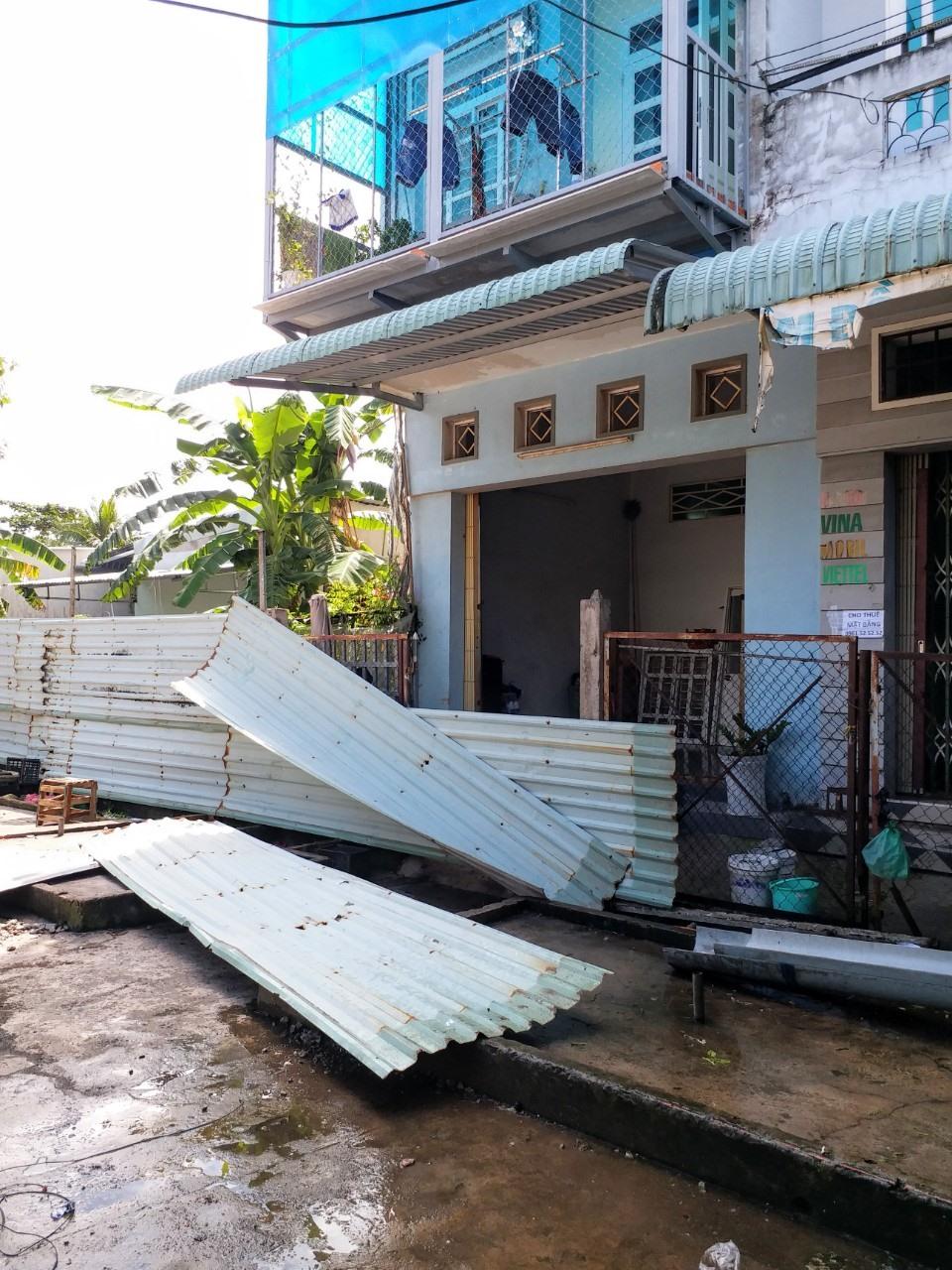 Người dân bức xúc phá hàng rào của đơn vj thi công trước nhà mình (ảnh Nhật Hồ)