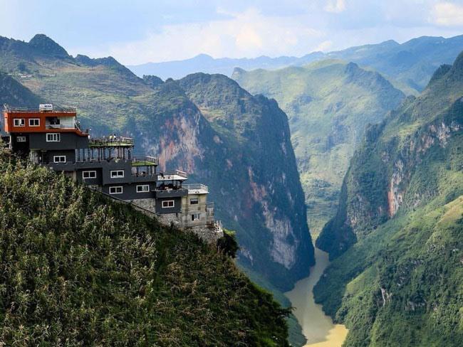 Toà nhà 7 tầng trái phép trên đỉnh Mã Pí Lèng (Mèo Vạc, Hà Giang). Ảnh: T.L