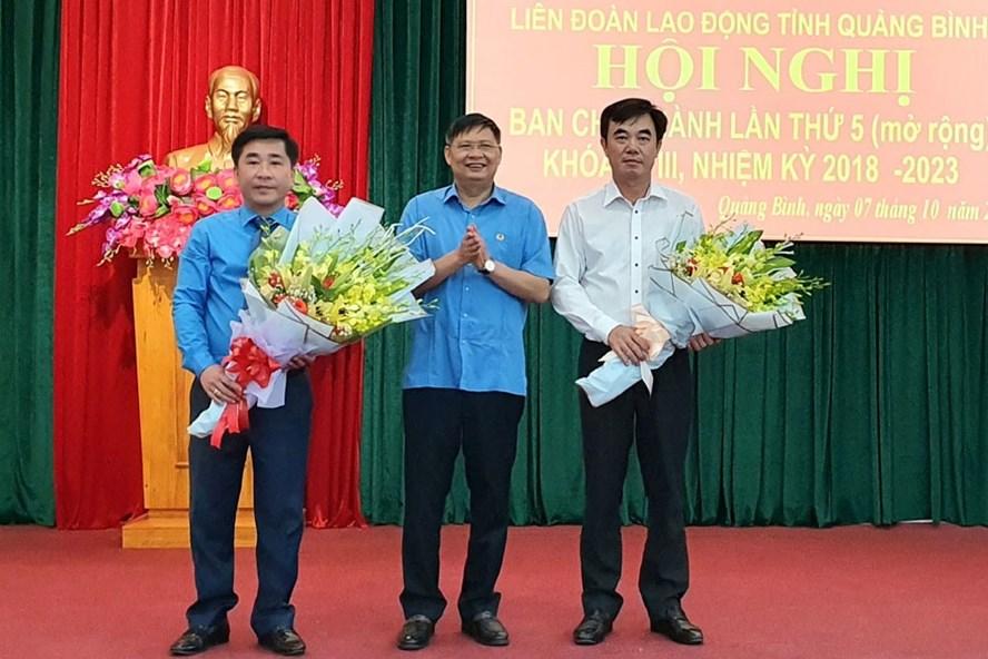 Phó Chủ tịch Tổng LĐLĐVN Phan Văn Anh (giữa) tặng hoa chúc mừng ông Nguyễn Lương Bình và ông Phạm Quang Long. Ảnh: LÊ PHI LONG