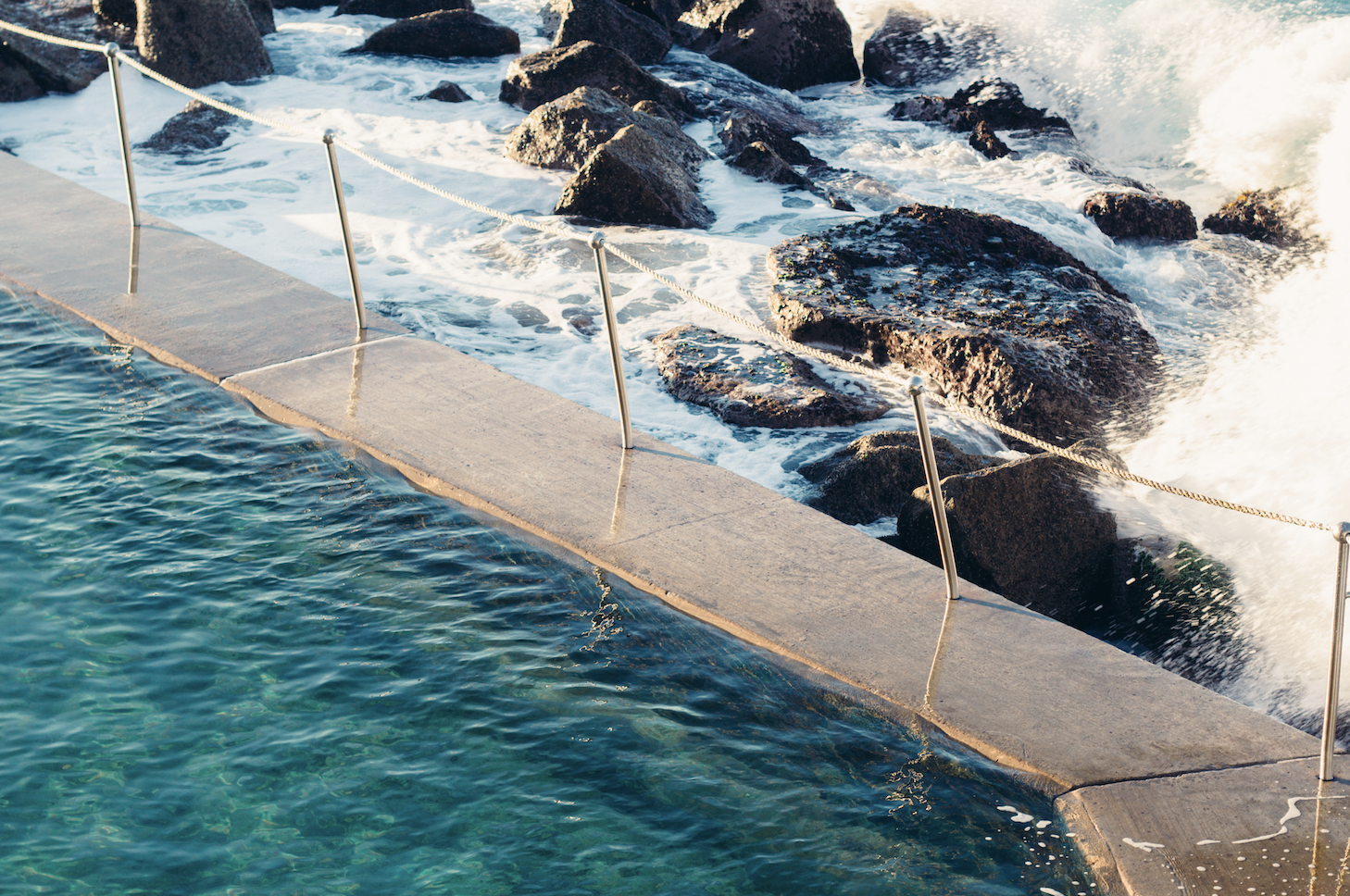 Quanh bể bơi đều được gia cố bằng nhiều lớp hàng rào để đảm bảo cá mập không thể qua được.