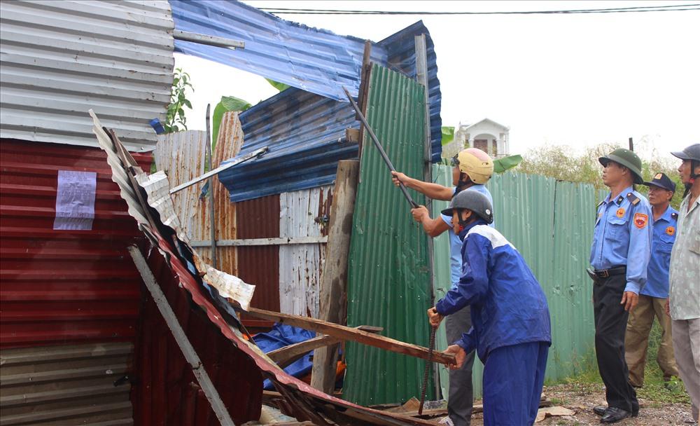 Những nhà đã quây đất hoặc xây lán tạm thì các đối tượng đập đi, ngang nhiên quây đất lại và nói là của chúng.