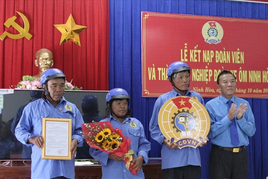 Lãnh đạo LĐLĐ Thị xã trao quyết định và logo công đoàn cho ban chấp hành lâm thời nghiệp đoàn xe ôm Ninh Hòa. Ảnh: Phương Linh