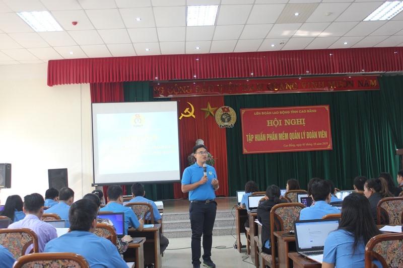 Đồng chí Nguyễn Hữu Hiệp - Chuyên viên phòng Tổ chức và cơ sở, Tổng LĐLĐ Việt Nam truyền đạt nội dung tại lớp tập huấn. Ảnh: T.Dương
