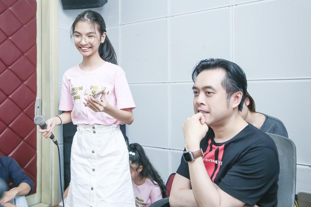 Nhạc sĩ Dương Khắc Linh giúp các thí sinh trong đội của mình tập luyện trước vòng loại trực tiếp.