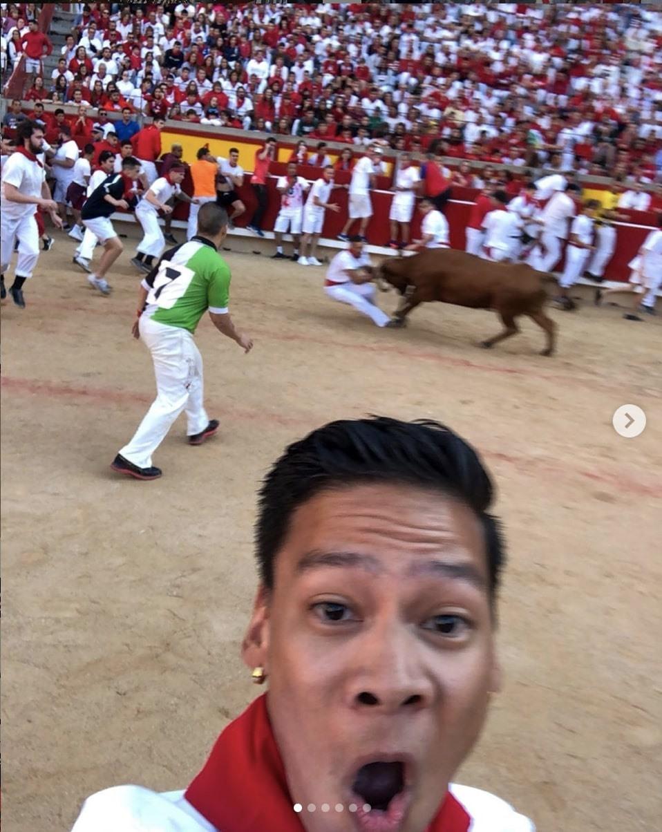 Mặc cho trận đấu bò ác liệt cách chưa đầy chục mét, anh chàng này vẫn thản nhiên chụp ảnh mà không đếm xỉa đến an toàn của mình. Ảnh: nbaloca via Instagram