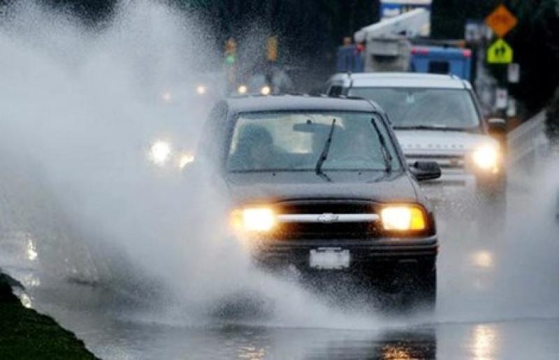 Tài xế lưu ý tránh bật đèn pha gây chói mắt các phương tiện đi ngược chiều. Ảnh ST.