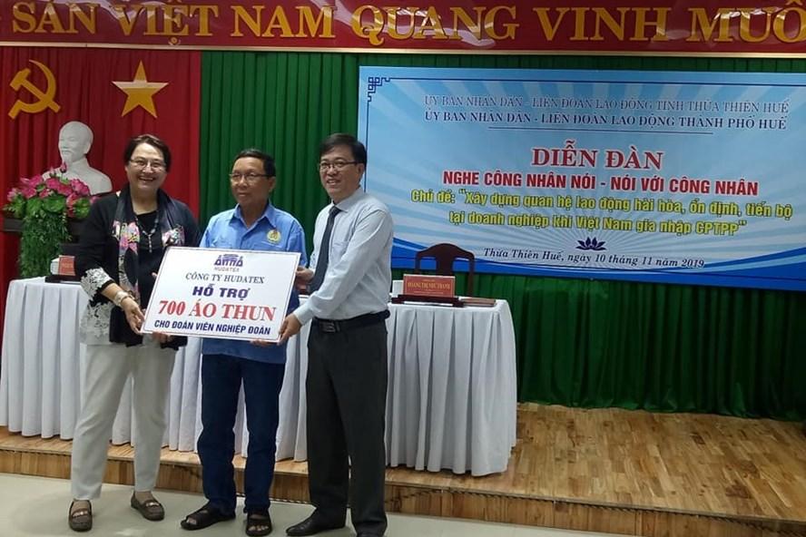 Bà Lê Phạm Cecile - Tổng Giám đốc Cty CP May Xuất khẩu Huế đã trao 700 áo đồng phục cho đoàn viên Nghiệp đoàn Xích lô, xe thồ. Ảnh: Công đoàn Huế.