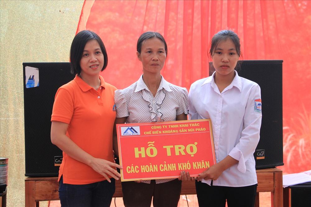 Đại diện công ty Núi Pháo trao tặng sổ tiết kiệm cho gia đình bà Phạm Thị Đoan. Ảnh: Masan