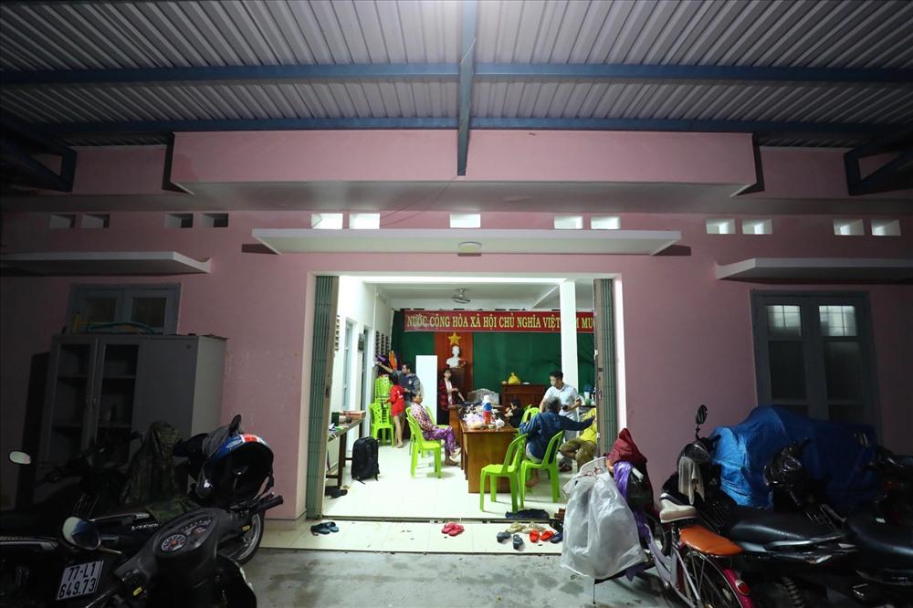 Người dân đến hội trường thôn Hải Nam, xã Nhơn Hải để tránh bão số 6.