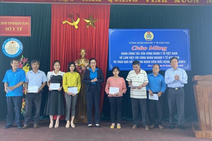 Đồng chí Phạm Thanh Bình, Chủ tịch Công đoàn Y tế Việt Nam trao hỗ trợ cho đoàn viên Công đoàn bị bệnh hiểm nghèo.