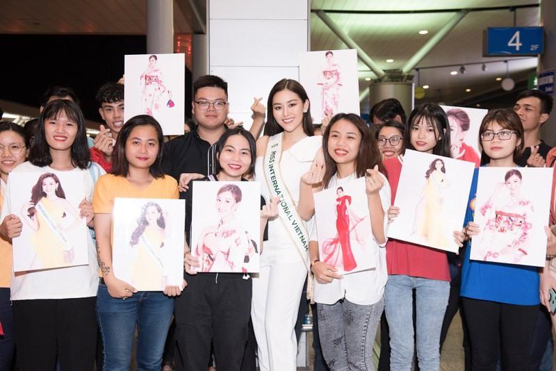 Tối 24.10, Á hậu Tường San đã chính thức lên chuyến bay tới Nhật Bản tham dự cuộc thi Miss International trong niềm tự hào và mong chờ của người hâm mộ. Ảnh: TS.