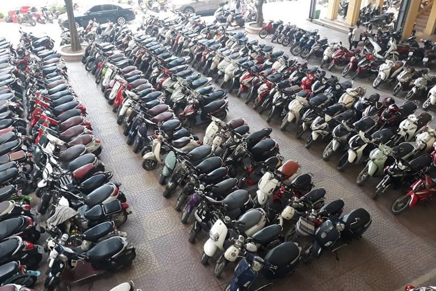 Sân trường có rất nhiều xe máy dưới 50cc thậm chí cả xe trên 50cc. Ảnh: TN