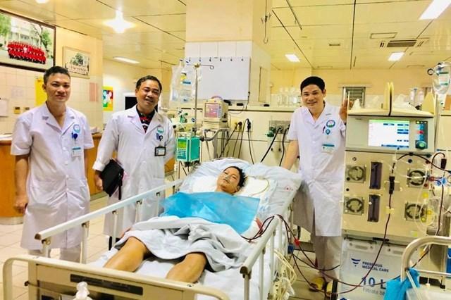 Ekip cứu sống bệnh nhân bị cây đâm xuyên người được tặng bằng khen