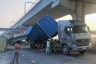 Video: Hiện trường vụ sập dầm cầu bộ hành đè bẹp xe container
