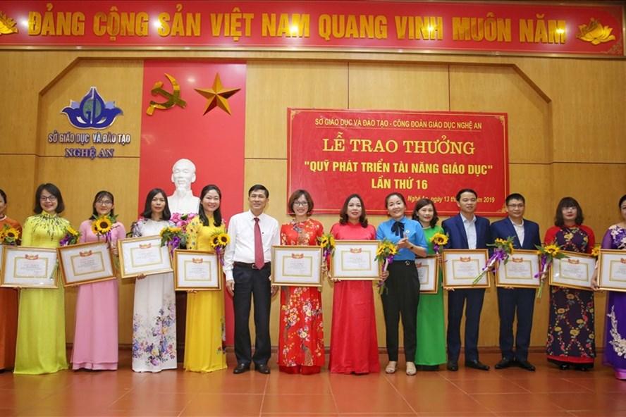 Lãnh đạo Sở GD-ĐT - LĐLĐ tỉnh Nghệ An trao thưởng cho các nhà giáo. Ảnh: PV