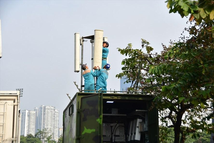 Các kỹ sư của Viettel đang triển khai giải pháp phục vụ trận đấu bóng đá giữa Việt Nam - UAE trên sân vận động Mỹ Đình. Ảnh: V.T