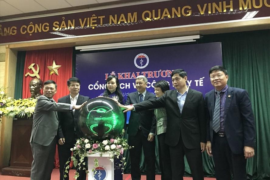 Bộ trưởng Bộ Y tế khai trương Cổng dịch vụ công. Ảnh: T.Linh