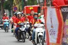 Trước trận Việt Nam - UAE, cổ động viên nhuộm đỏ đường phố Hà Nội