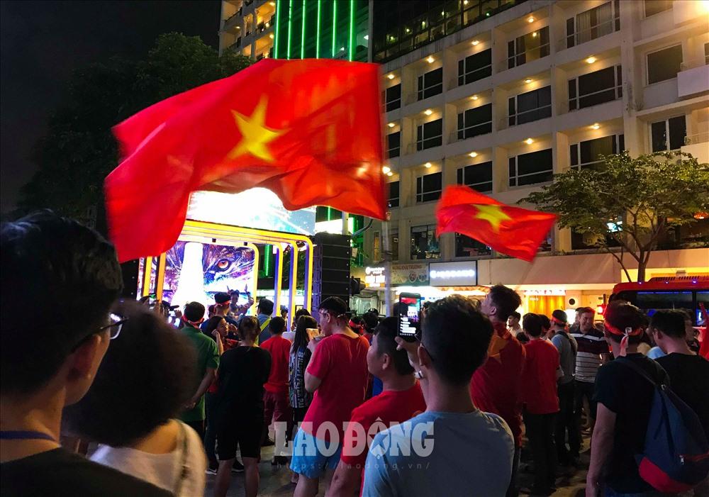 Càng gần thời điểm bắt đầu trận đấu, dòng người đổ về ngày càng đông. Hình ảnh chụp lúc 19h.
