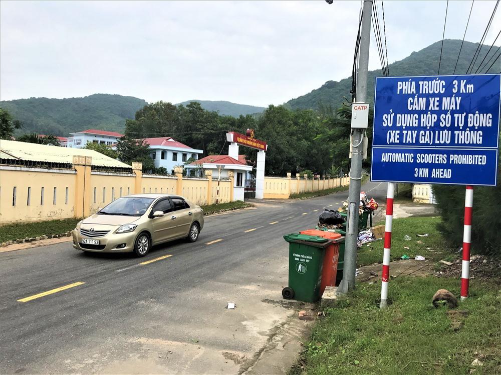 Một biển báo lớn được đặt ngay trước lối lên tham quan đỉnh Bàn Cờ (bán đảo Sơn Trà)... Ảnh: B.T