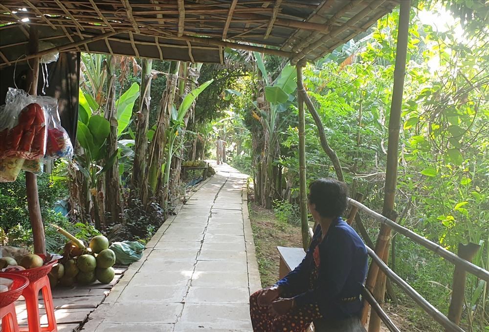 Thi thoảng, có một vài hàng quán che tạm bằng mái lá ngay trên đường để bán các sản vật nhà trồng được như cam, bưởi, chôm chôm, nhãn... với giá hợp lý. Ảnh: H.Thơ.