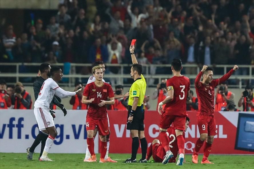 Trọng tài Jumpei Lida rút thẻ đỏ cho cầu thủ UAE. Ảnh: Sơn Tùng