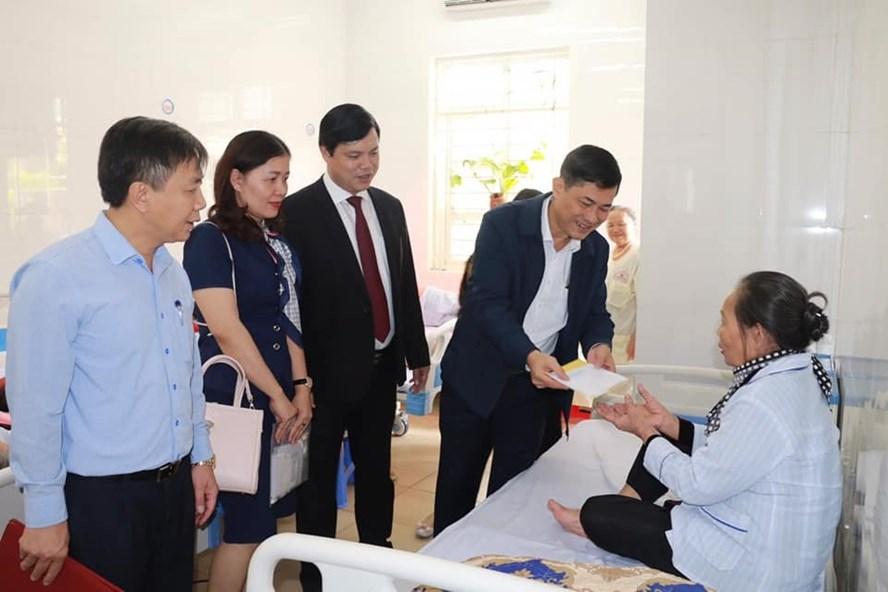 Giám đốc Sở GDĐT Nghệ An - ông Thái Văn Thành thăm hỏi, động viên nhà giáo đang điều trị tại bệnh viện. Ảnh: PV