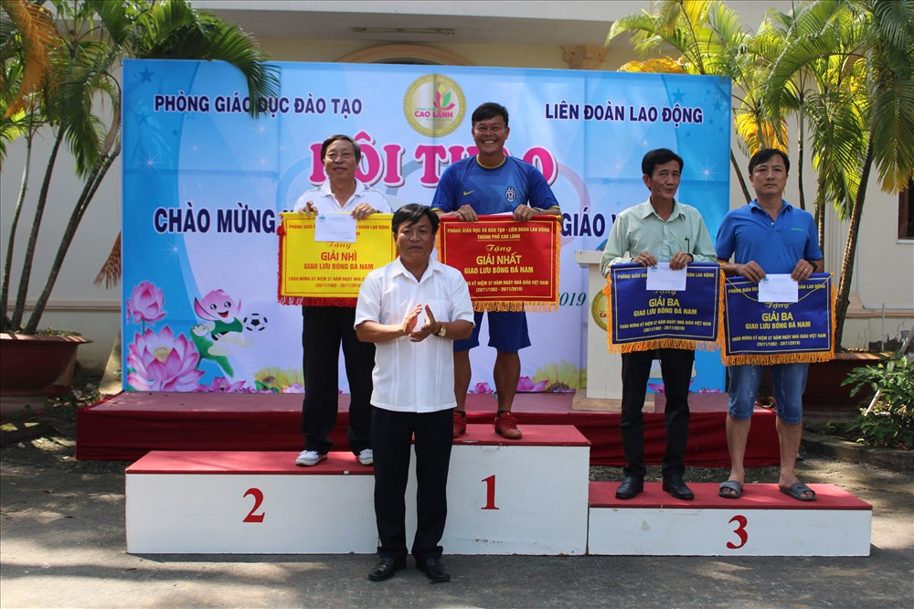 Trưởng phòng GD&ĐT thành phố Nguyễn Văn Ngợi trao giải môn bóng đá nam. Ảnh: Trung Hiếu