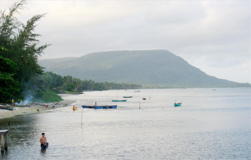 Hình ảnh cũ và mới đoạn bờ biển gần cầu cảng Hàm Ninh. Ảnh: TM