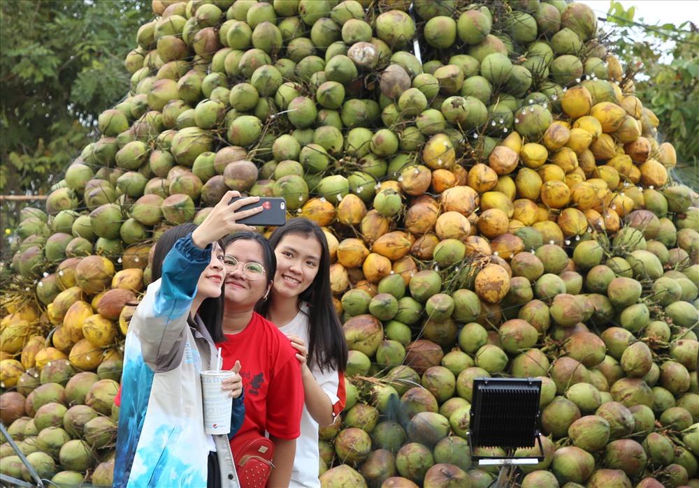Lễ hội Dừa Bến Tre được khai mạc tối 16.11 và kết thúc vào ngày 20.11. Ảnh: H.Thơ.