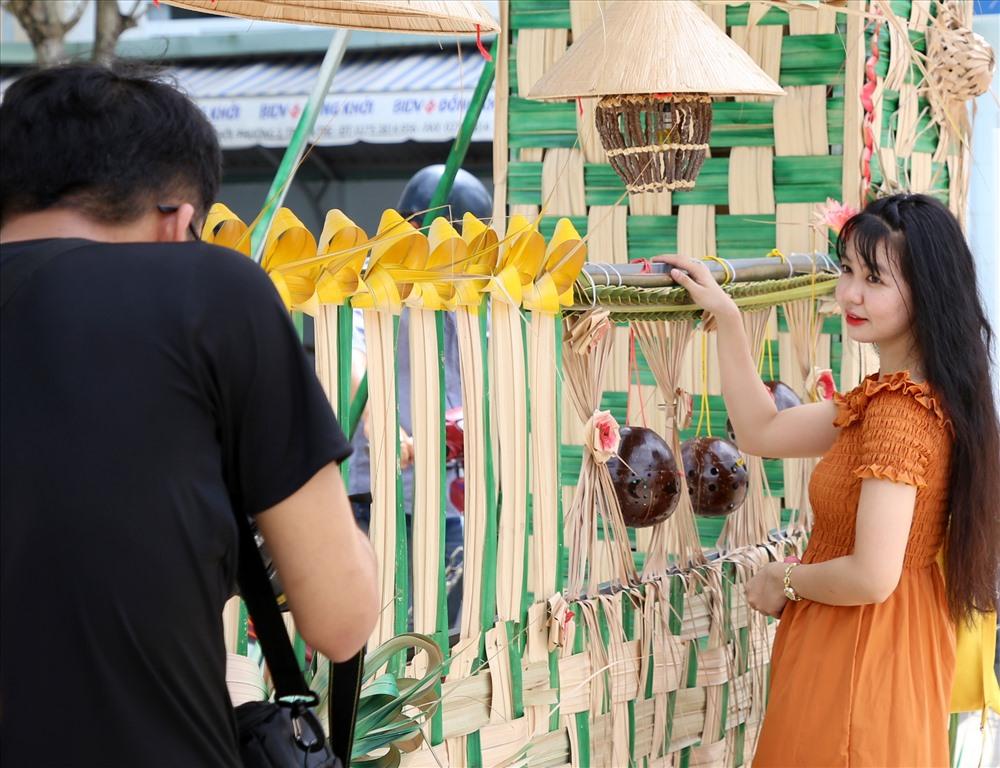 Dọc các tuyến đường ở TP.Bến Tre, cổng vào trụ sở cơ quan nhà nước, cổng nhà người dân dùng các sản phẩm từ dừa để trang trí, tạo cảnh quan rất đẹp. Ảnh: H.Thơ.