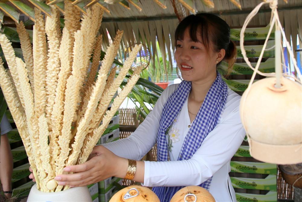 Hoa dừa được dùng nhiều để trang trí ở các quầy trưng bày. Ảnh: H.Thơ.