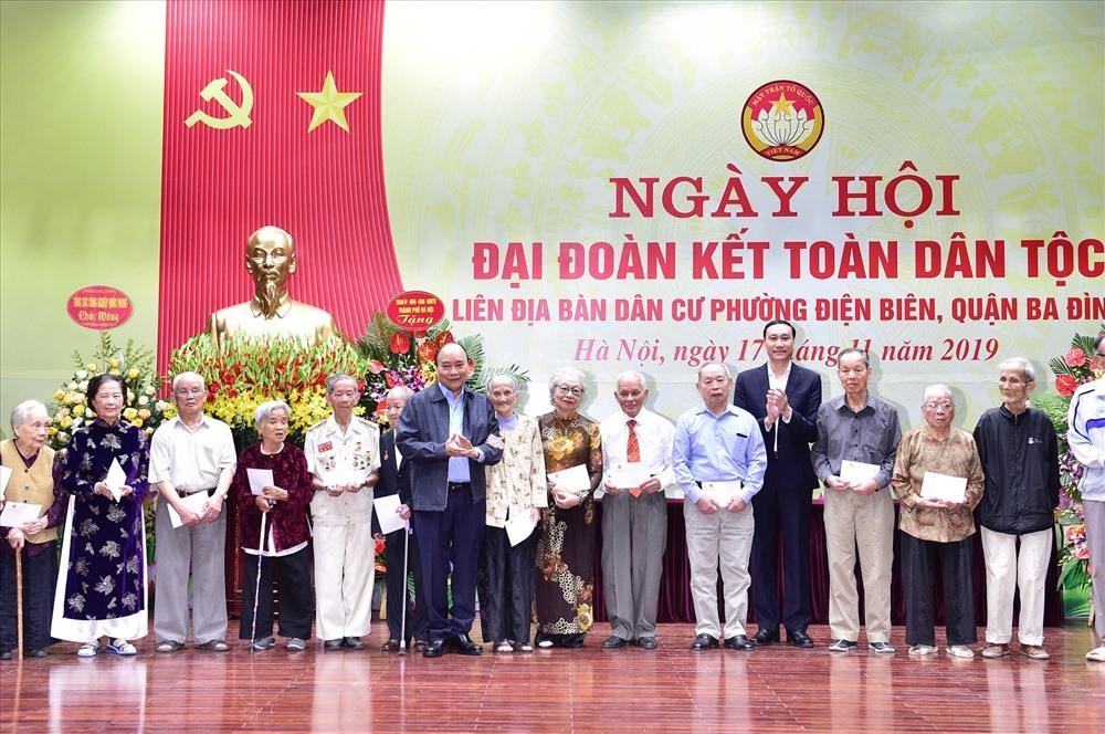 Thủ tướng tặng quà cho một số gia đình trên địa bàn. Ảnh VGP