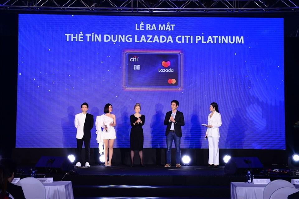 Đông Nhi và ông Cao Thắng trở thành khách hàng đầu tiên mở thẻ tín dụng Lazada Citi Platinum.