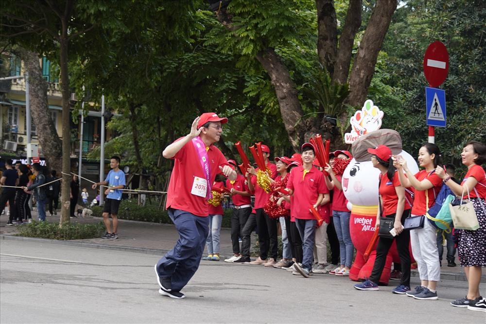 Phó Tổng giám đốc Vietjet Đỗ Xuân Quang vẫy chào các bạn cổ động viên khi sắp hoàn thành phần thi của mình.