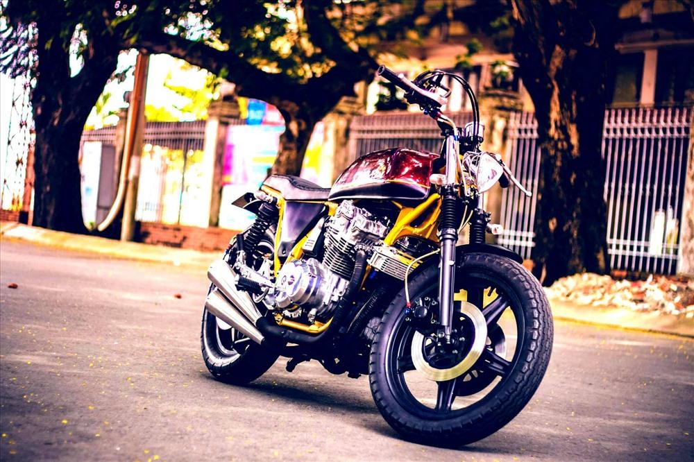 Nhiều bản độ của Tự Thanh Đa cũng gây được chú ý với các trang nổi tiếng về moto trên thế giới. Chiếc Honda CB750 độ hình dáng cafe racer đậm chất cổ điển  mang những nét mới mẻ phù hợp với cuộc sống hiện đại.