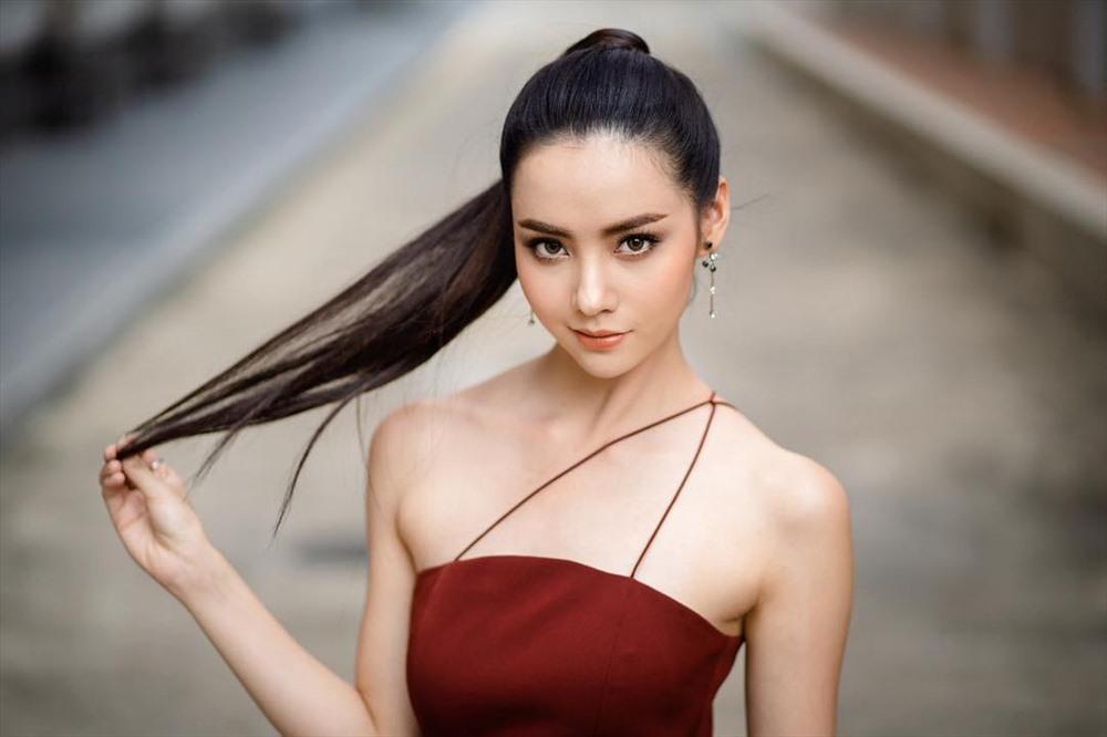 Mookda Narinrak sinh năm 1996, là người mẫu kiêm diễn viên triển vọng của showbiz xứ chùa vàng. Năm 2011, nhan sắc nổi bật giúp Mookda chiến thắng cuộc thi Miss Teen Thái Lan. Một năm sau đó, cô chiến thắng một cuộc thi chuyên sâu về vũ đạo. Mỹ nhân 23 tuổi còn là người mẫu trang bìa thường xuyên của Ray Magazine - tạp chí có trụ sở ở Tokyo (Nhật Bản). Ảnh: TL.
