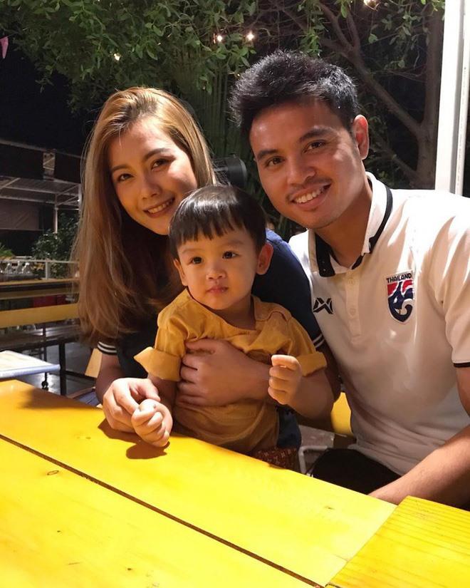 Chatkamon Muayman không phải hot girl hay nổi đình đám như các nàng WAGs Thái Lan khác nhưng lại được đánh giá là sở hữu gương mặt xinh đẹp không cần động đến dao kéo. Yêu và kết hôn ngót nghét chục năm, hai người vẫn giữ được tình cảm ngọt ngào. Theerathon thường xuyên chia sẻ ảnh vợ con trên Instagram. Ảnh: TL.