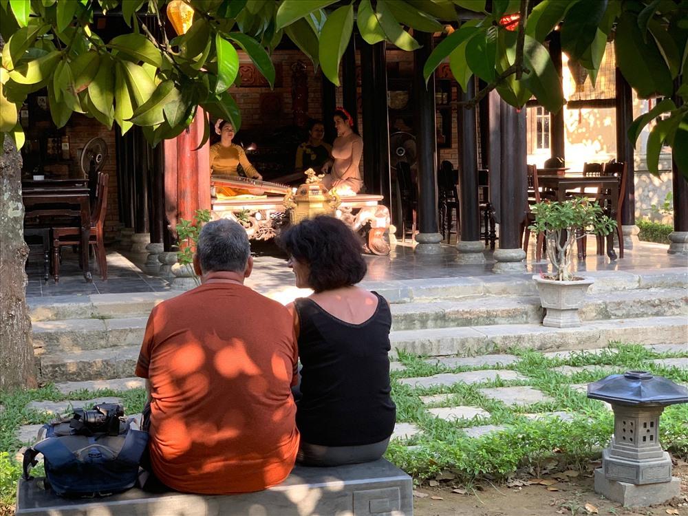 Nhiều du khách trong và ngoài nước tìm đến nhà vườn An Hiên. Ảnh: TT.